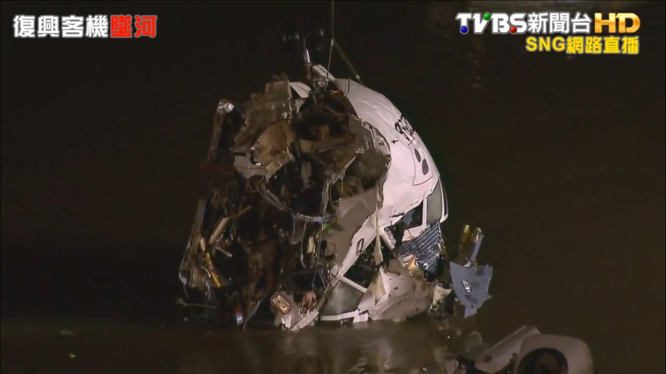 A repülőgép összeroncsolódott orr részének kiemelése. | © AIRportal.hu