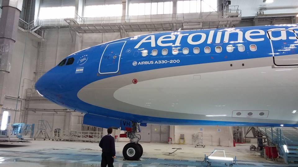 Fotó az Airbus festőhangárában lévő gépről. (Forrás: Aerolíneas Argentinas) | © AIRportal.hu