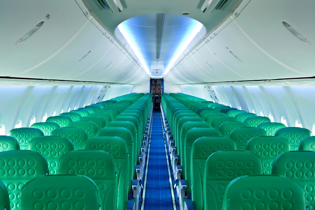 A tágas és viágos Boeing SkyInterior belső. (Fotó: Transavia) | © AIRportal.hu
