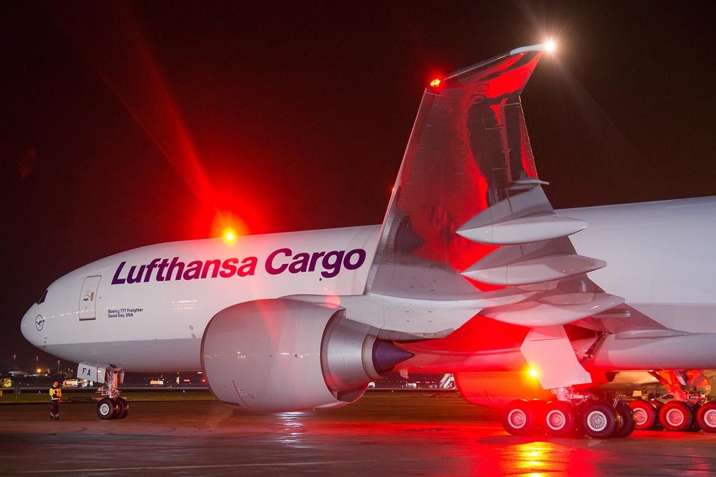A Boeing 777F elődlegesen Észak-Amerikába repül, de Ázsia felé is teljesít járatokat. Itt éppen Mumbai repterén látható. (Fotó: Lufthansa Cargo) | © AIRportal.hu