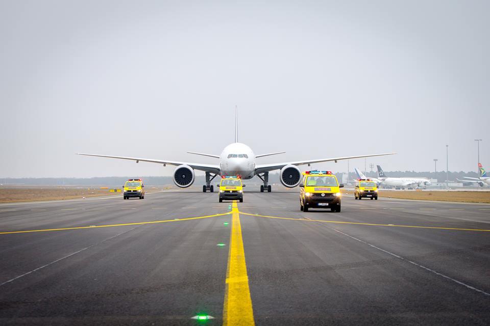 Négy VW Transporterből álló konvoj fogadta és vezette fel Frankfurtban az ötödik Boeing 777F-et. (Fotó: Lufthansa Cargo) | © AIRportal.hu
