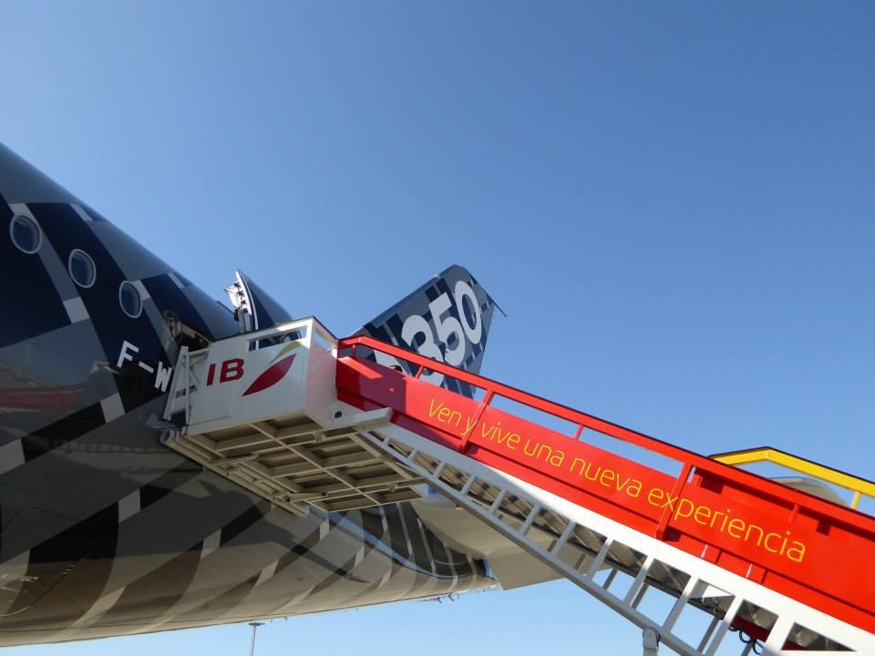 Iberia utaslépcső és az A350XWB. (Fotó: Iberia) | © AIRportal.hu