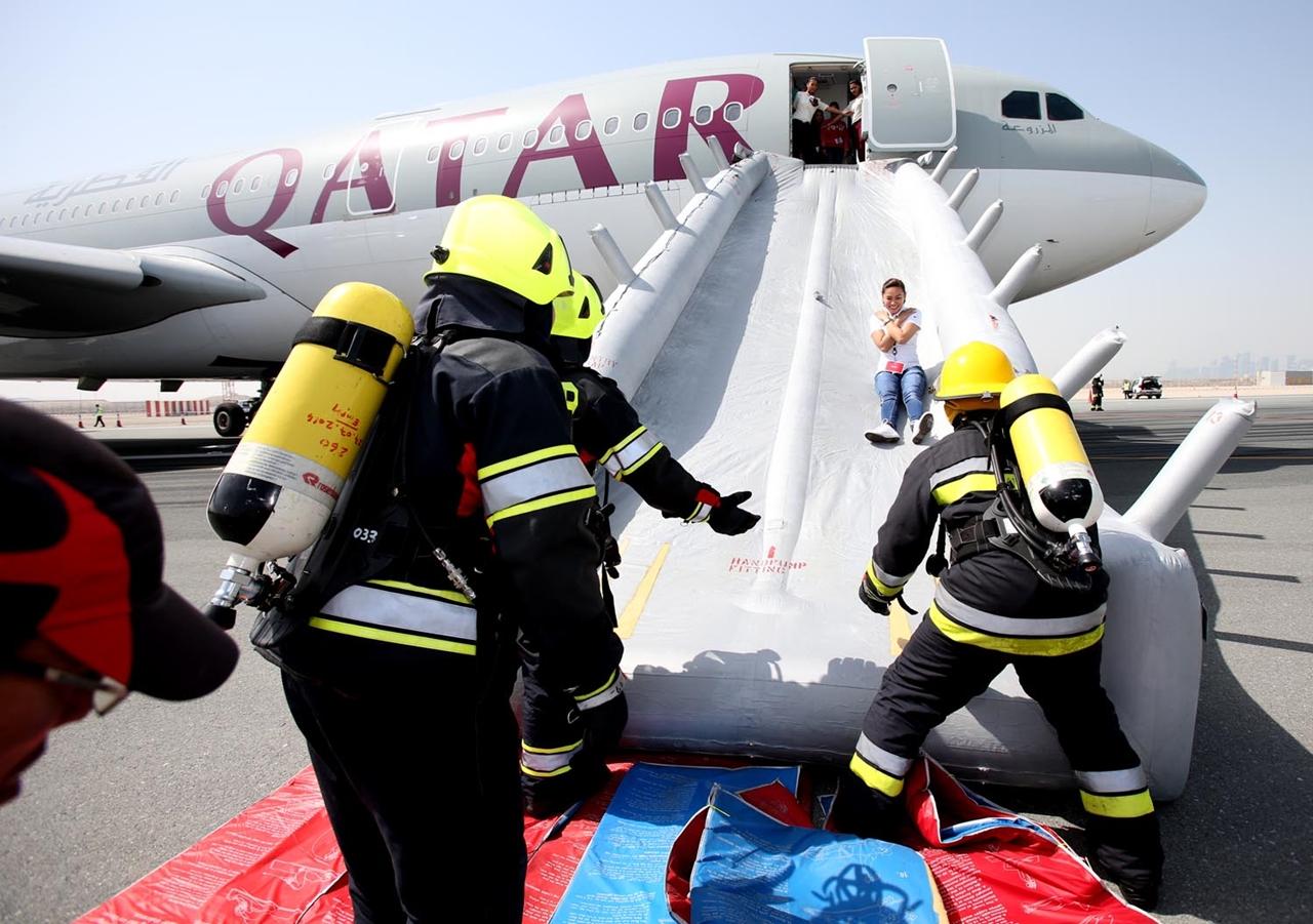 Az A330-as vészcsúszdáján keresztüli mentés. (Fotó: Qatar Airways) | © AIRportal.hu