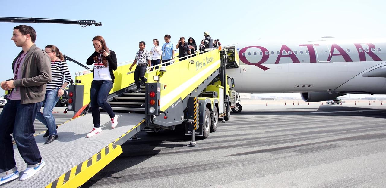 A gép másik oldaláról speciális, tűzoltósági utaslépcsővel is mentettek. (Fotó: Qatar Airways) | © AIRportal.hu
