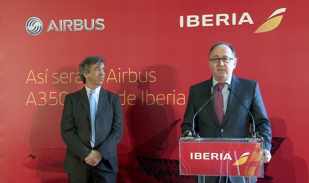 Luis Gallego, az Iberia elnöke és mellette balra Fernando Alonso, az Airbus spanyolországi elnöke a madridi sajtótájékoztatón, február 19-én. (Fotó: Iberia) | © AIRportal.hu