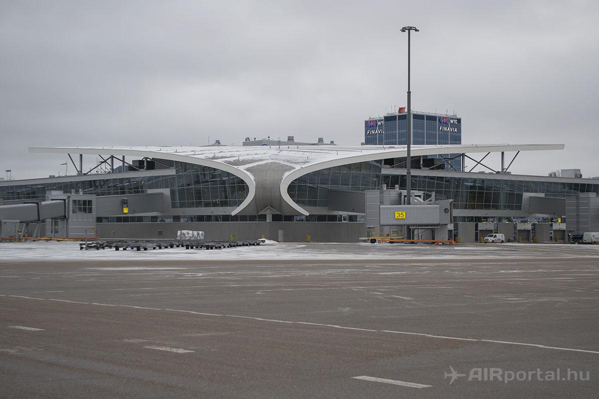 A 2-es terminál non-Schengen oldala a forgalmi előtérről. | © AIRportal.hu