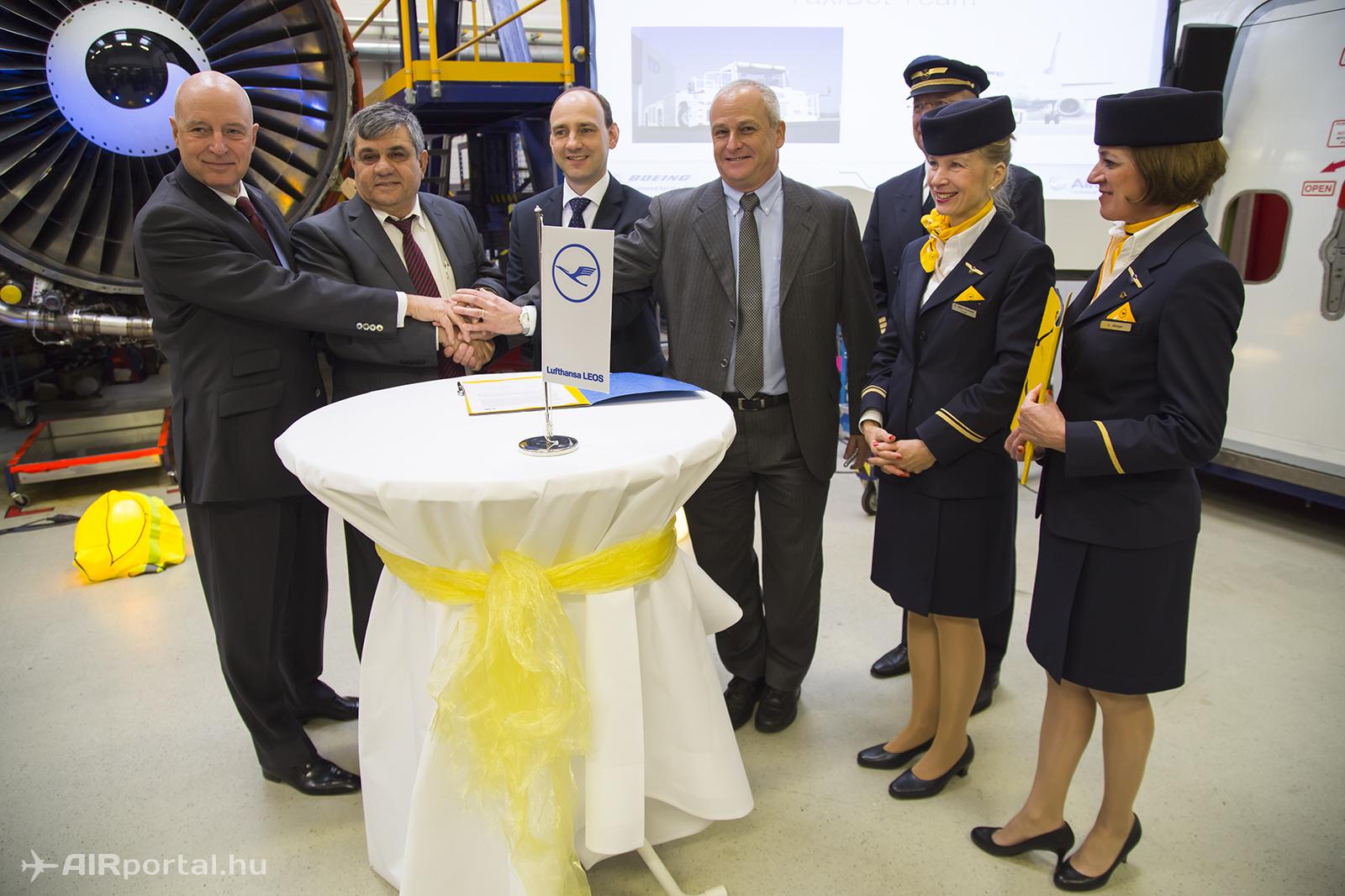 B-J: Kay Kratky, Yehoshua Eldar, Peter Unger a szándéknyilatkozat ünnepélyes aláírása után... | © AIRportal.hu