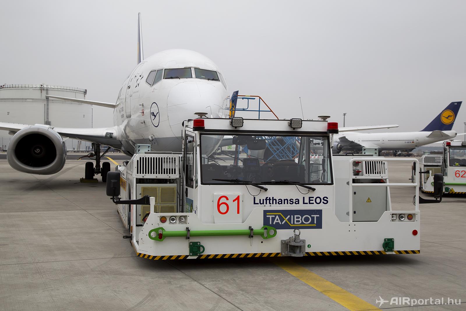 A TaxiBot bevetésre készen. Külsőre nem különbözik egy modern, rúd nélküli repülőgép-vontatótól. | © AIRportal.hu