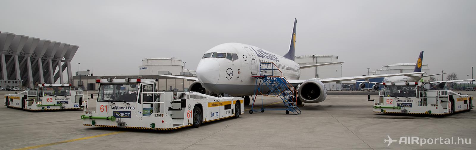 A Lufthansa LEOS TaxiBot flottája Frankfurtban a légitársaság egy Boeing 737-300-as repülőgépével. | © AIRportal.hu