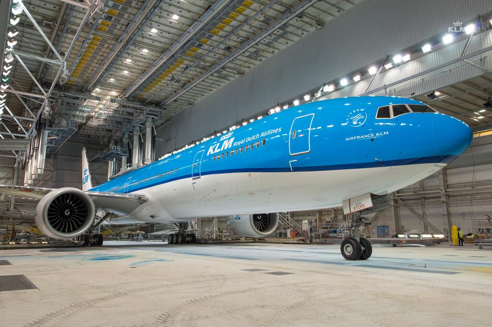 Festőhangárban az első új festésű KLM Boeing 777-300ER. (Fotó: Boeing Company via KLM)   © AIRportal.hu