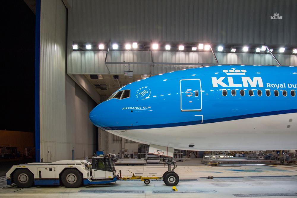 Oldalnézetben a legfőképp az orrnál megváltoztatott, fazonra igazított festésminta a Boeing 777-esen. (Fotó: Boeing Company via KLM)   © AIRportal.hu