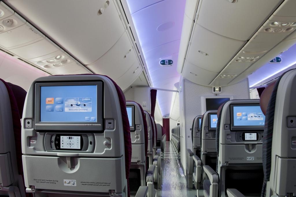 ...és a turista osztály ülése, háttámla monitorral. (Fotó: Qatar Airways) | © AIRportal.hu