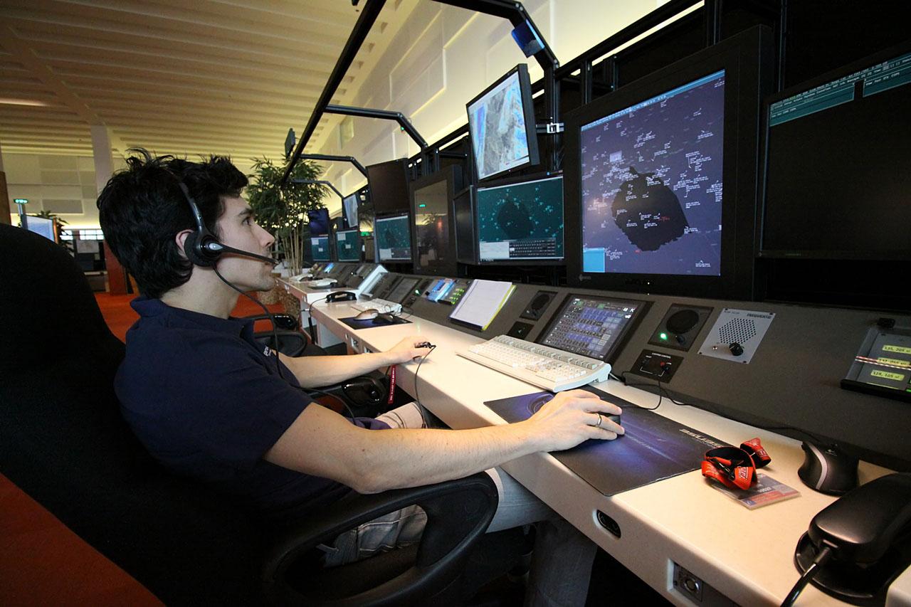 Hirling Zsolt a HungaroControl légiforgalmi irányító munkateremben. (Fotó: Csemniczky Kristóf - AIRportal.hu) | © AIRportal.hu