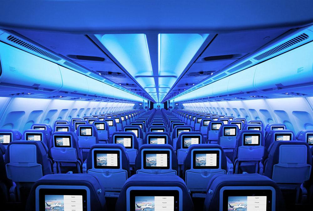A fedélzetfelújítás során a turista osztályra is egyéni képernyős szórakoztató rendszer került. (Fotó: Air Transat) | © AIRportal.hu