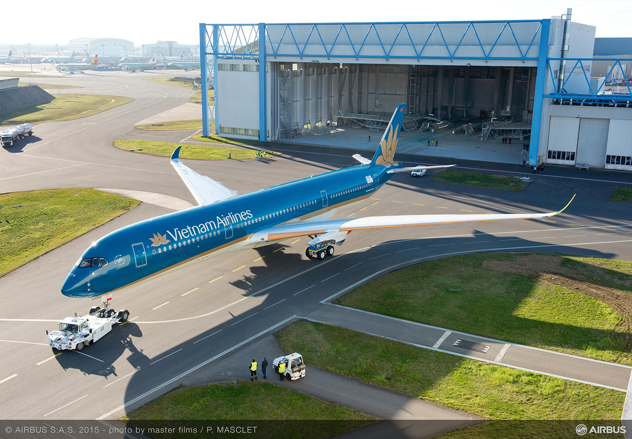 A Vietnam Airlines első A350-ese felülnézetből, még hajtóművek nélkül. (Fotó: Airbus) | © AIRportal.hu