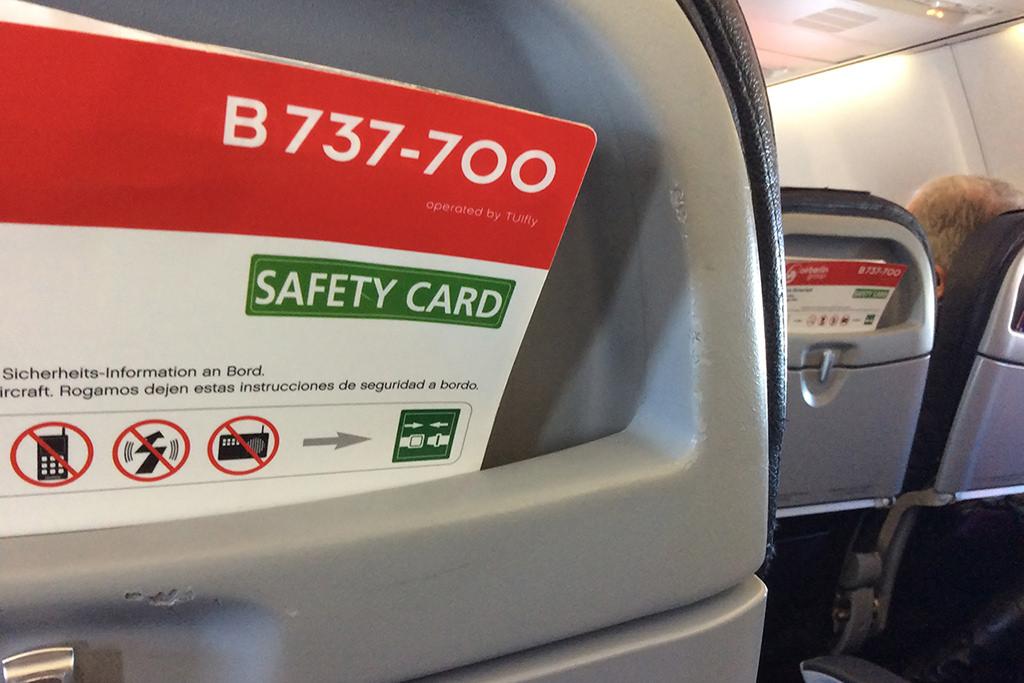 Az ülések háttámlájában találhatjuk a biztonsági információkat tartalmazó kártyát, és több magazint is.   © AIRportal.hu