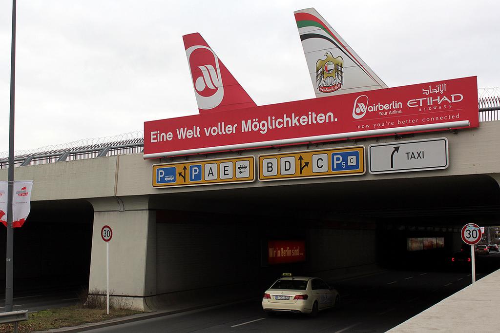 """A repülőtérre vezető úton mindenki számára világossá válik, hogy az Air Berlin """"felségterületén"""" autózik.   © AIRportal.hu"""