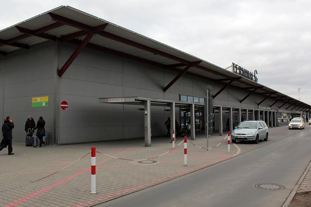 A C terminált személyautóval a legegyszerűbb megközelíteni. A helyi autóbusz a B terminálnál áll meg, ahonnan rövid sétával bármelyik épületet el lehet érni.   © AIRportal.hu