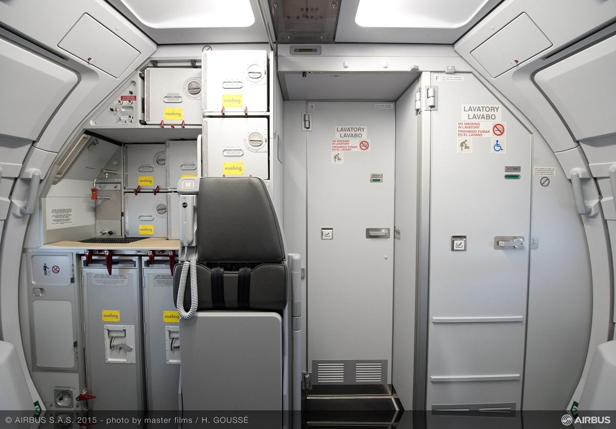 A SpaceFlex koncepció szerinti mosdó elhelyezés, amely egybenyitással kínál nagyobb teret a mozgásukban korlátozott utasoknak. (Fotó: Airbus) | © AIRportal.hu