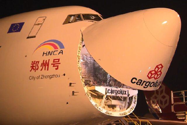 A Budapestre is rendszeres cargo-járatokat teljesítő Cargolux 2014. november 24-én ünnepelte, hogy nem több, mint 5 hónap után a cég elérte a bűvös 10.000 tonna elszállított árut a Luxemburg és Zhengzhou cargo-elosztóközpontok közti útvonalán. (Fotó: Cargolux) | © AIRportal.hu