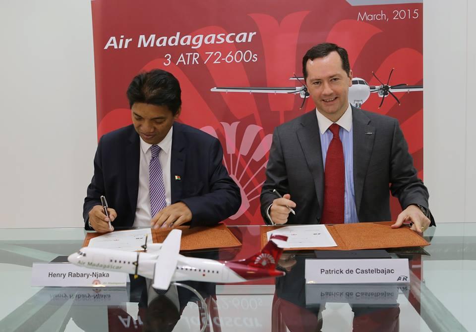Henry Rabary-Njaka, az Air Madagaskar elnöke a mai aláíró ceremónián. A képen balra. (Fotó: Air Madagaskar) | © AIRportal.hu
