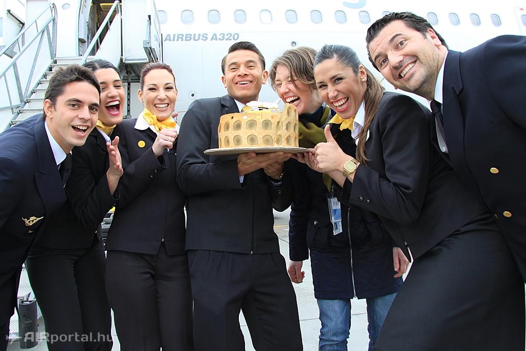 A légiutas-kísérők és a két pilóta is nagyon örült a marcipántortának. | © AIRportal.hu