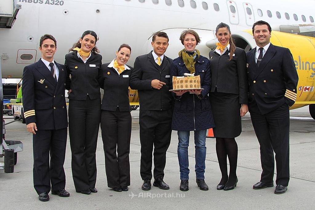Az első járatot és személyzetét a Budapest Airport részéről Almási Eszter, járatfejlesztési menedzser köszöntötte. | © AIRportal.hu