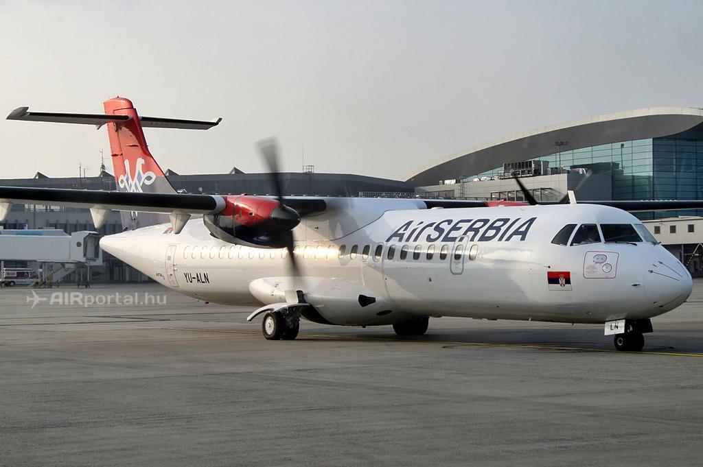 A ceremoniális értelemben vett 2014. április 1-jei nyitójáratot teljesítő YU-ALN lajstromú ATR 72 Budapesten. (Fotó: Csemniczky Kristóf - AIRportal.hu)   © AIRportal.hu