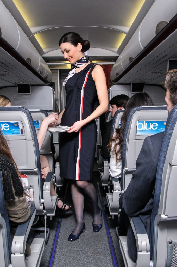 Az Aegean Airlines új, április 1-jétől bevezetett légiutas-kísérő formaruhája. (Fotó: Aegean Airlines) | © AIRportal.hu