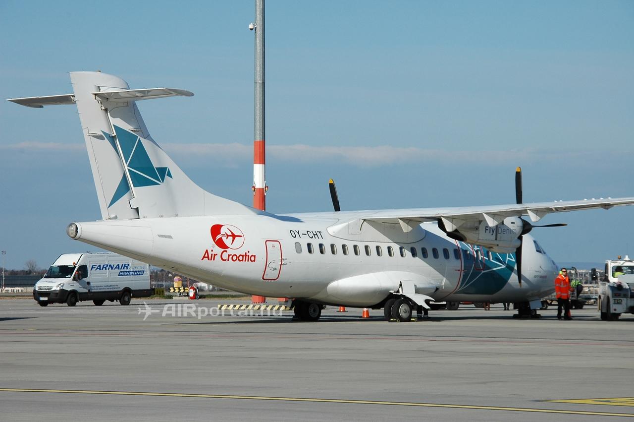 Az Air Croatia Denim Air-től bérelt ATR 42-300 típusú, 1988-ban gyártott repülőgépe Budapesten. (Fotó: AIRportal.hu)   © AIRportal.hu