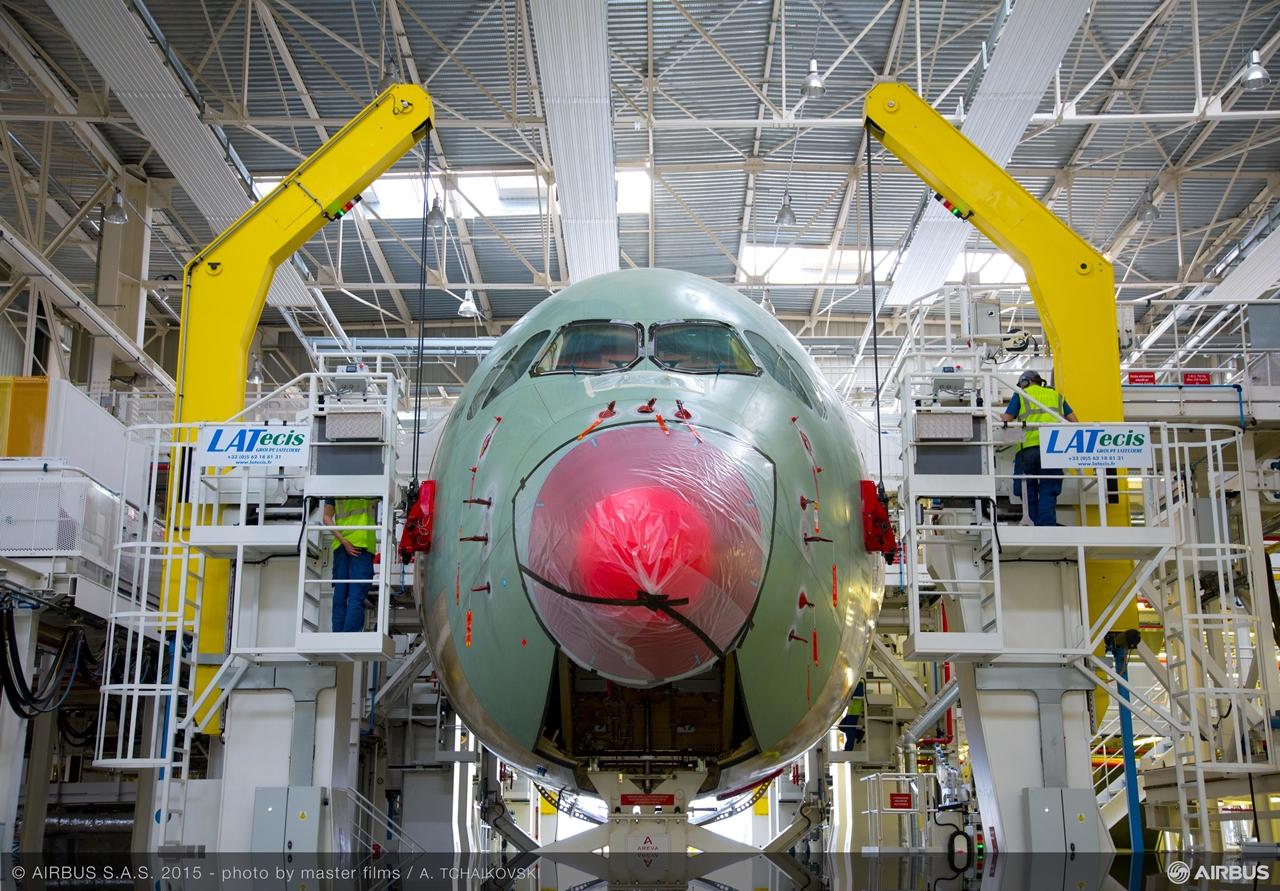 Érdeklődésünkre a fenti képet kaptuk az Airbustól a TAM végszerelő soron lévő első A350-900-asáról. (Fotó: Airbus)   © AIRportal.hu