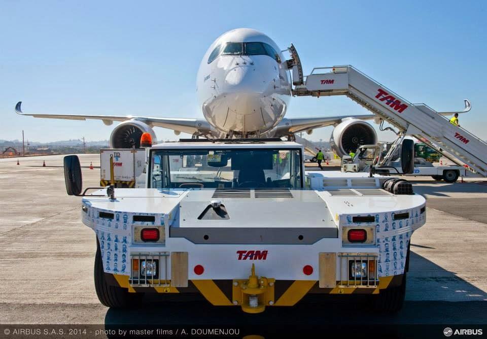 Az Airbus A350XWB prototípusa TAM kiszolgáló eszközökkel körülvéve tavaly augusztusban. (Fotó: Airbus)   © AIRportal.hu