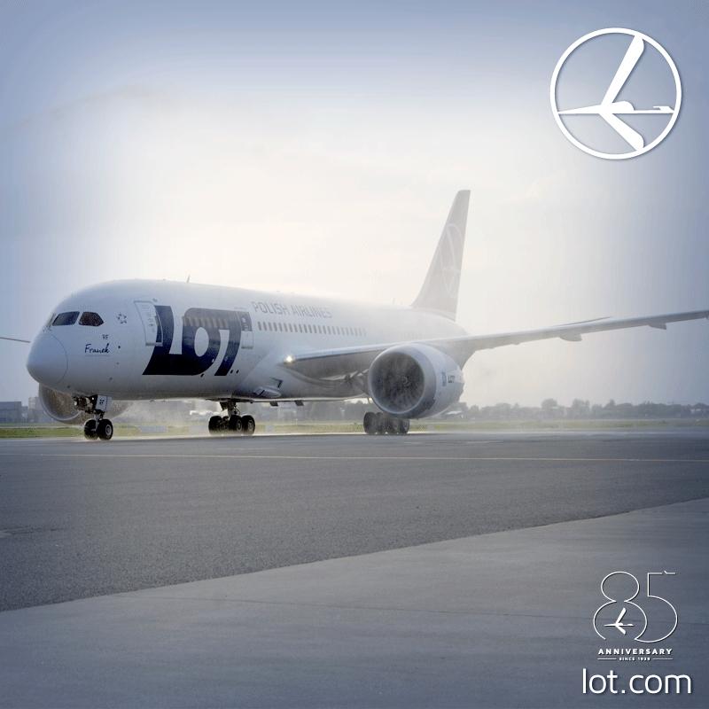 Az SP-LRF lajstromú, Franek névre keresztelt Boeing 787-8-as érkezése és vízsugaras köszöntése Varsóban 2014. április 30-án. (Fotó: LOT Polish Airlines) | © AIRportal.hu