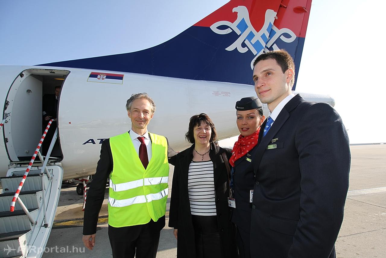 Tóth Attila, az Air Serbia magyarországi képviseletét ellátó AVIAREPS Kft. vezetője (láthatósági mellényben) köszönti a gép személyzetét és Mirela Burdát, az Air Serbia regionális menedzserét. (Fotó: Csemniczky Kristóf - AIRportal.hu) | © AIRportal.hu