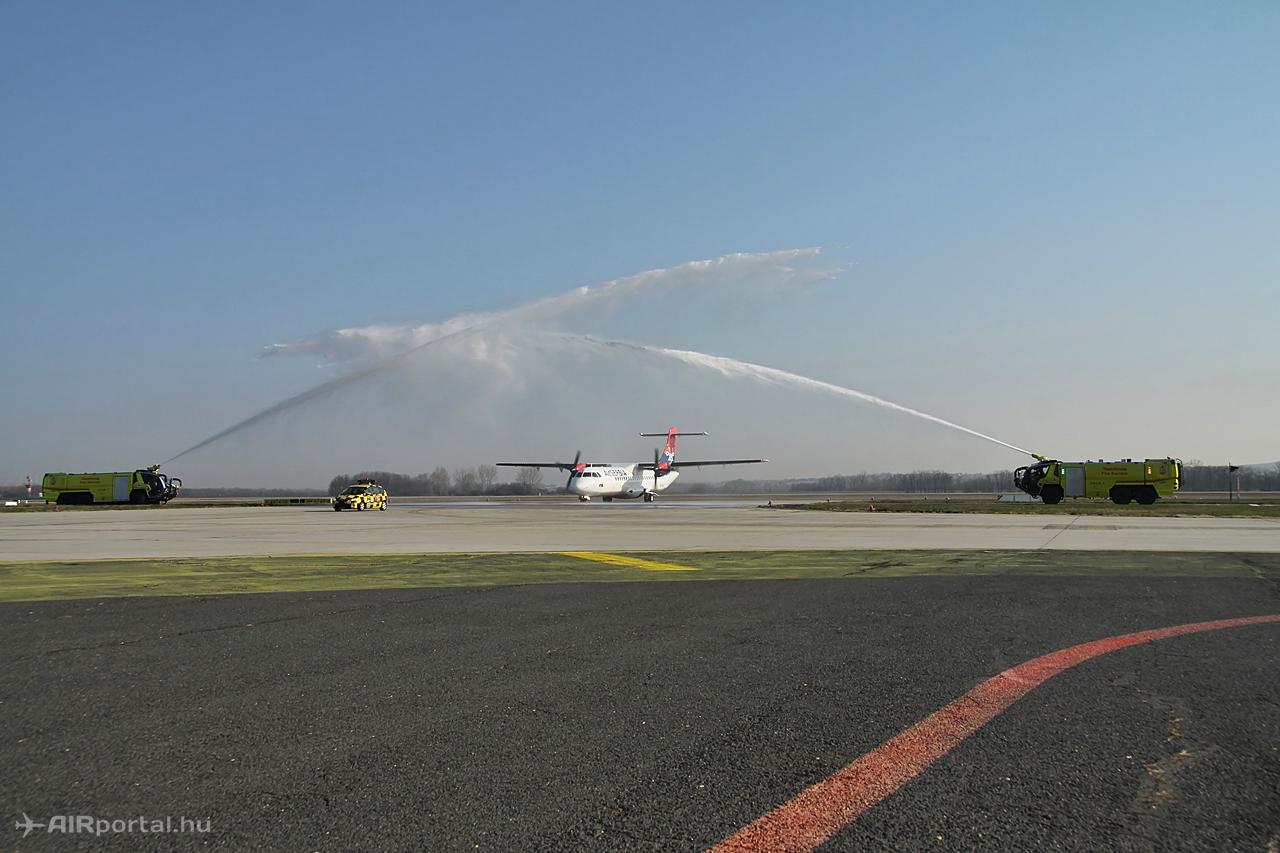 Az Air Serbia budapesti járatának vízsugaras köszöntése 2015. április 9-én. (Fotó: Csemniczky Kristóf - AIRportal.hu) | © AIRportal.hu