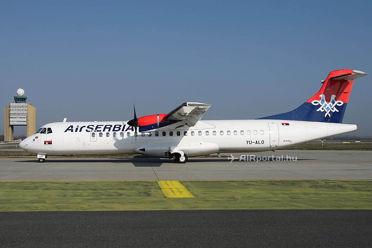 A vízes köszöntés utáni YU-ALO lajstromú ATR 72-es, a ferihegyi irányítótoronnyal. (Fotó: Csemniczky Kristóf - AIRportal.hu) | © AIRportal.hu