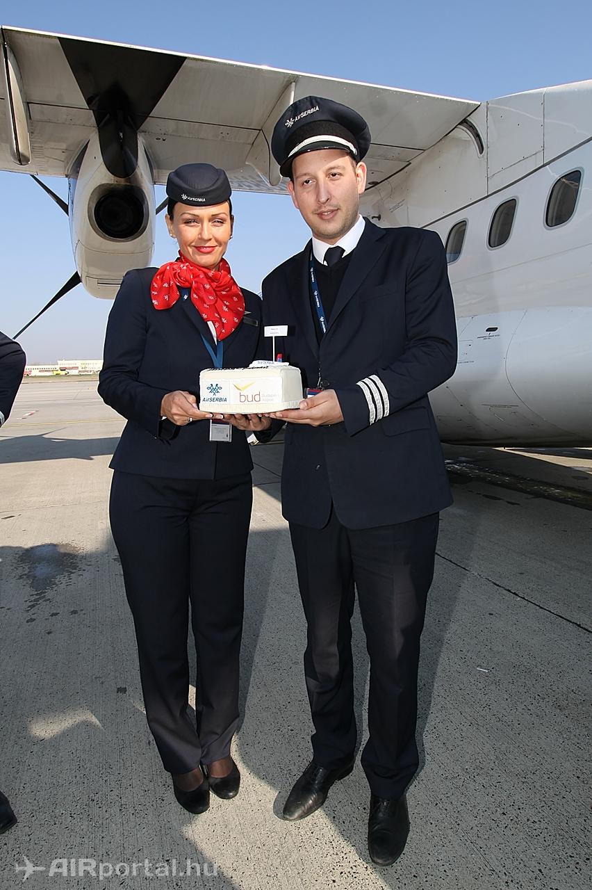 Tortaátadás után a gép mellett. (Fotó: Csemniczky Kristóf - AIRportal.hu) | © AIRportal.hu