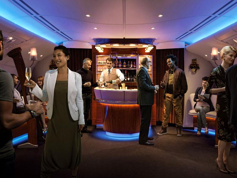 Bár-, és társalkodó helyiség az A380-800-ason. (Fotó: Emirates) | © AIRportal.hu