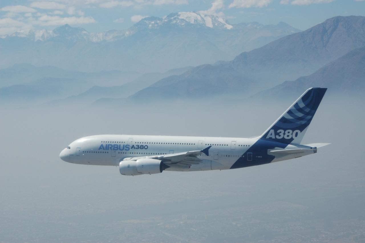 Az Airbus bánatára eddig még egyetlen A380-ast sem sikerült eladni Amerikában. Itt a prototípus Santiago de Chile feletti repülése látható a tavalyi FIDAE légi szalon keretében. (Fotó: Airbus) | © AIRportal.hu