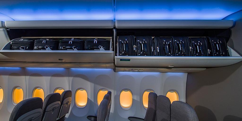 Összehasonlító fotó. Egymás mellett balra a Boeing SkyInterior belső alaptartozéka, a Pivot Bin rekesz, és jobbra az NG-khez és a MAX-okhoz is opcionális Space Bin. (Fotó: Jim Anderson - Boeing Company) | © AIRportal.hu
