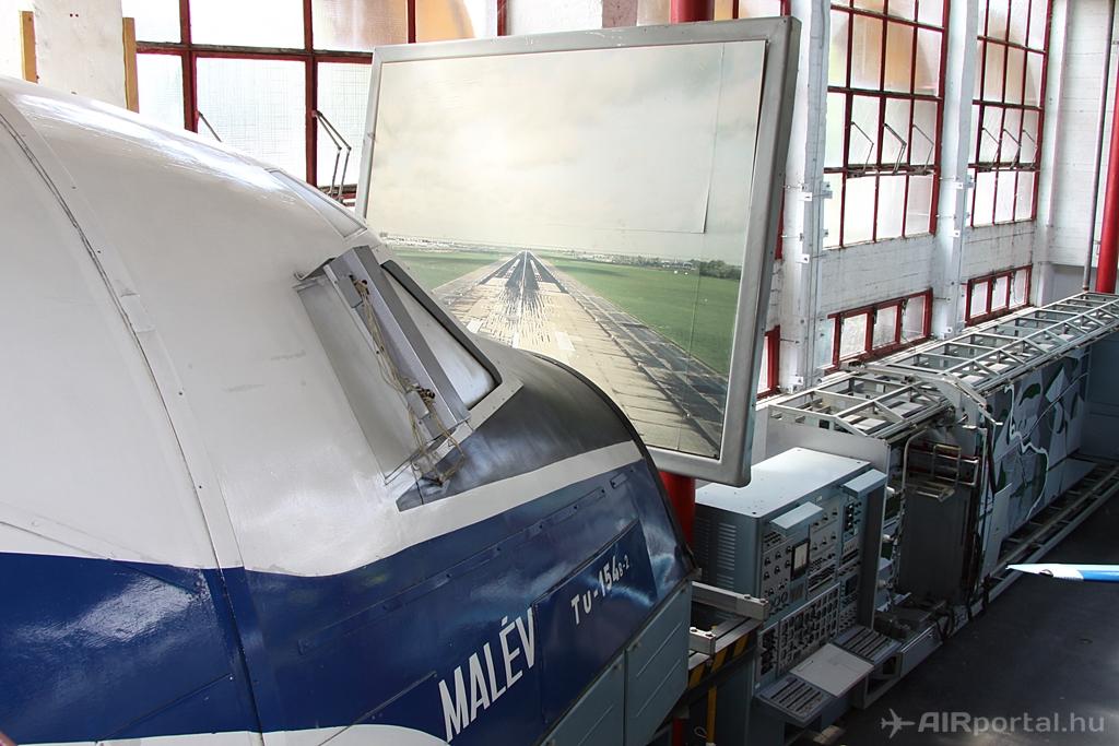 A tárlat egyik büszkesége, az egykor Ferihegyen használt Malév Tu-154 szimulátor. (Fotó: © Csemniczky Kristóf - AIRportal.hu) | © AIRportal.hu