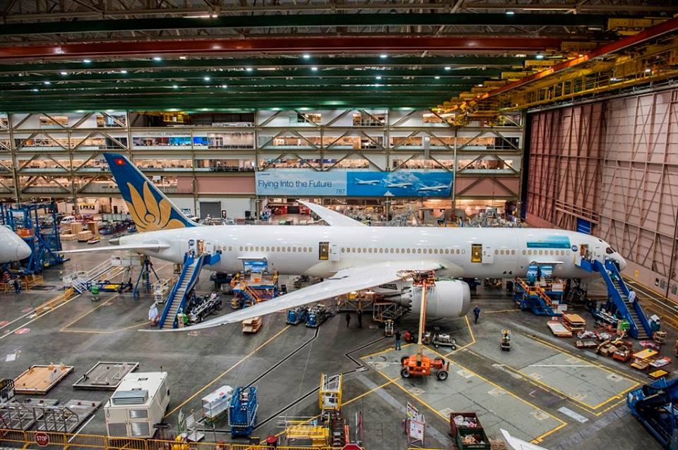 Itt még a végszerelő soron a kigördülés előtt. (Fotó: Boeing Company via Vietnam Airlines)   © AIRportal.hu