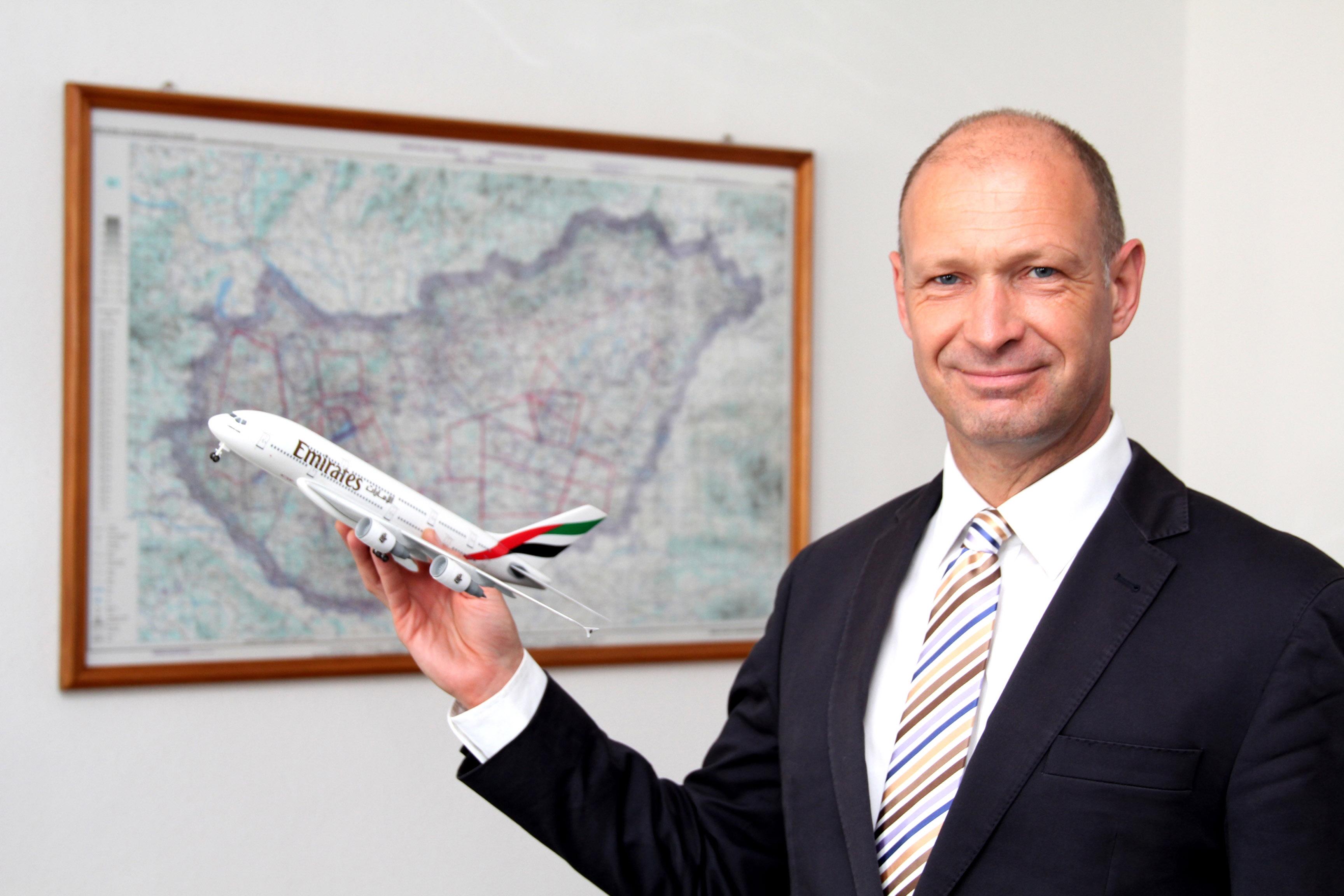 Jost Lammers, a Budapest Airport vezérigazgatója egy Emirates A380 makettel, bár Budapestre egyelőre csak a kisebb A330-as géppel érkezik a légitársaság. (Fotó: Budapest Airport)   © AIRportal.hu