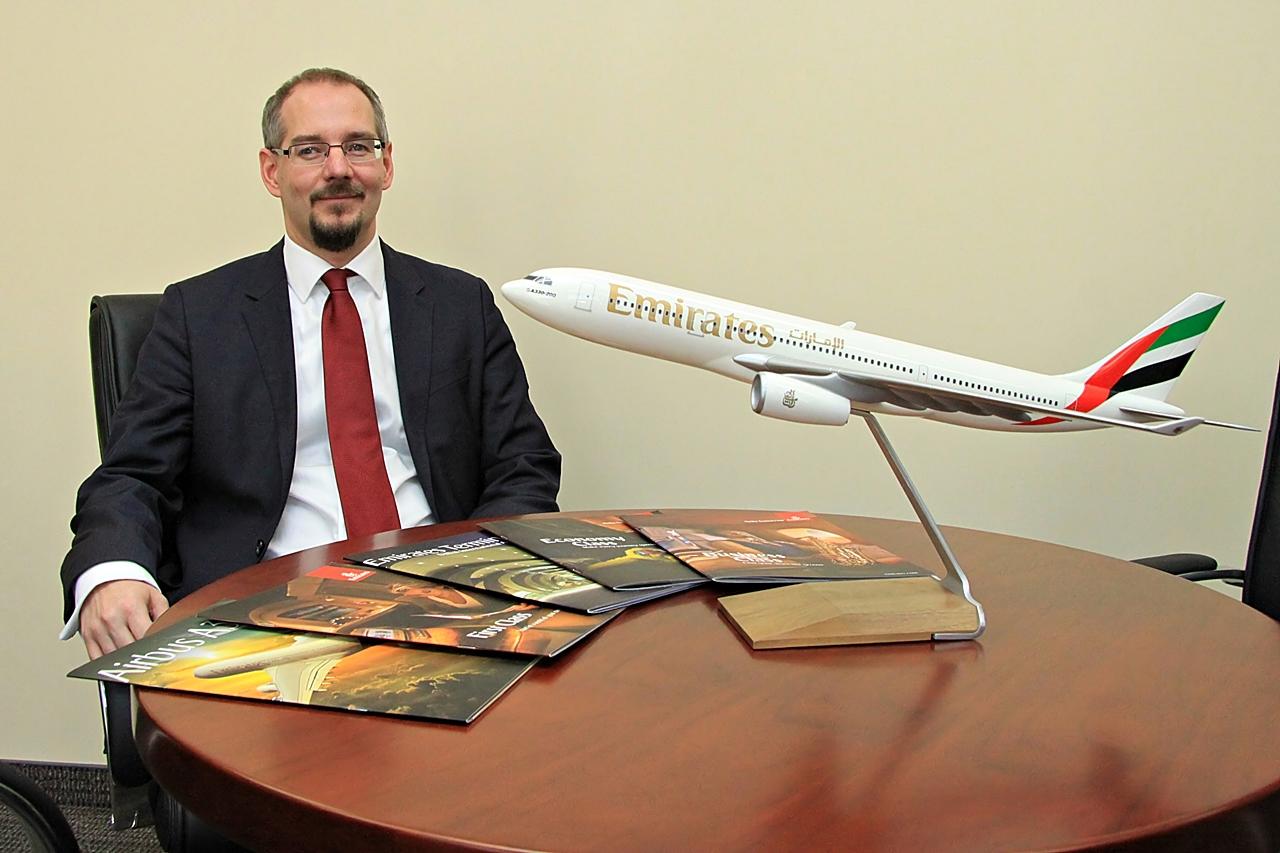 Horváth Gábor egy Emirates Airbus A330-as repülőgépmodellel. (Fotó: Csemniczky Kristóf - AIRportal.hu)   © AIRportal.hu