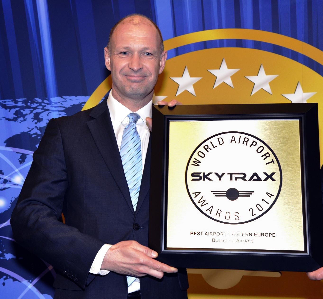 Jost Lammers, a Budapest Airport vezérigazgatója a 2014-es Skytrax elismeréssel a kezében. (Fotó: Budapest Airport) | © AIRportal.hu