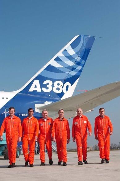 Az A380-800-as első repülésének berepülő személyzete. (Fotó: Airbus)   © AIRportal.hu