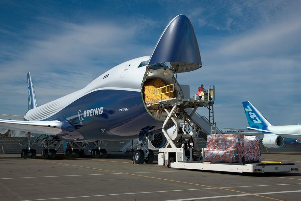 Munkában a 747-8F. Nagy fegyvertény, hogy nyitható az orr. (Fotó: Boeing Company) | © AIRportal.hu