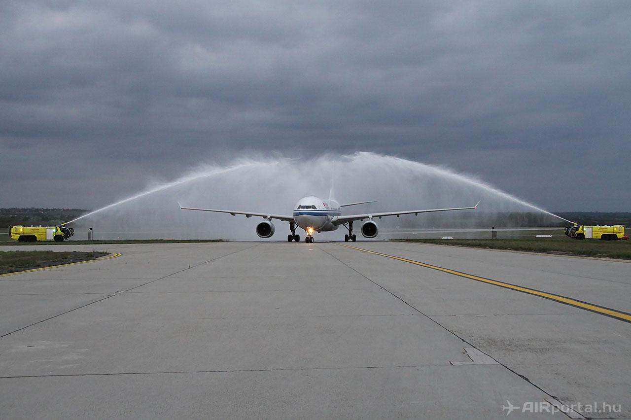 Diadalív vízsugár az A330-200-as fölött. (Fotó: © Csemniczky Kristóf - AIRportal.hu) | © AIRportal.hu