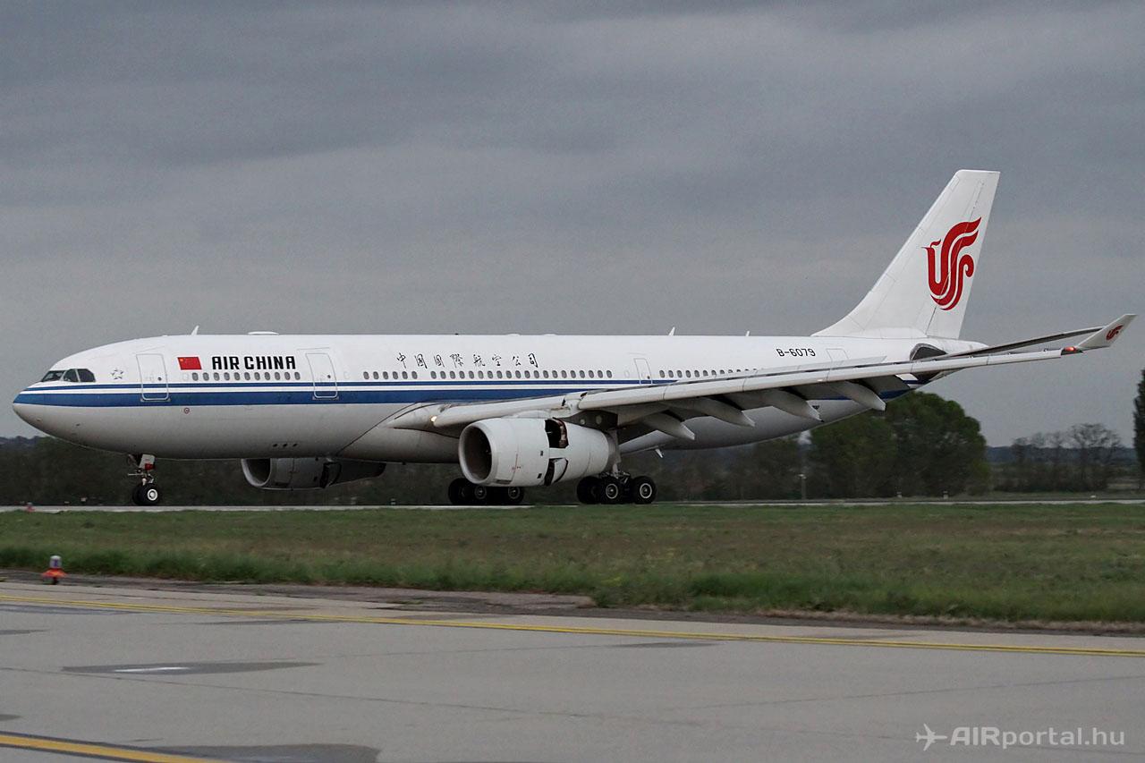 Az Air China első menetrendszerű budapesti járatát teljesítő A330-200-as a 31R futópályán történt földet érés után. (Fotó: © Csemniczky Kristóf - AIRportal.hu) | © AIRportal.hu