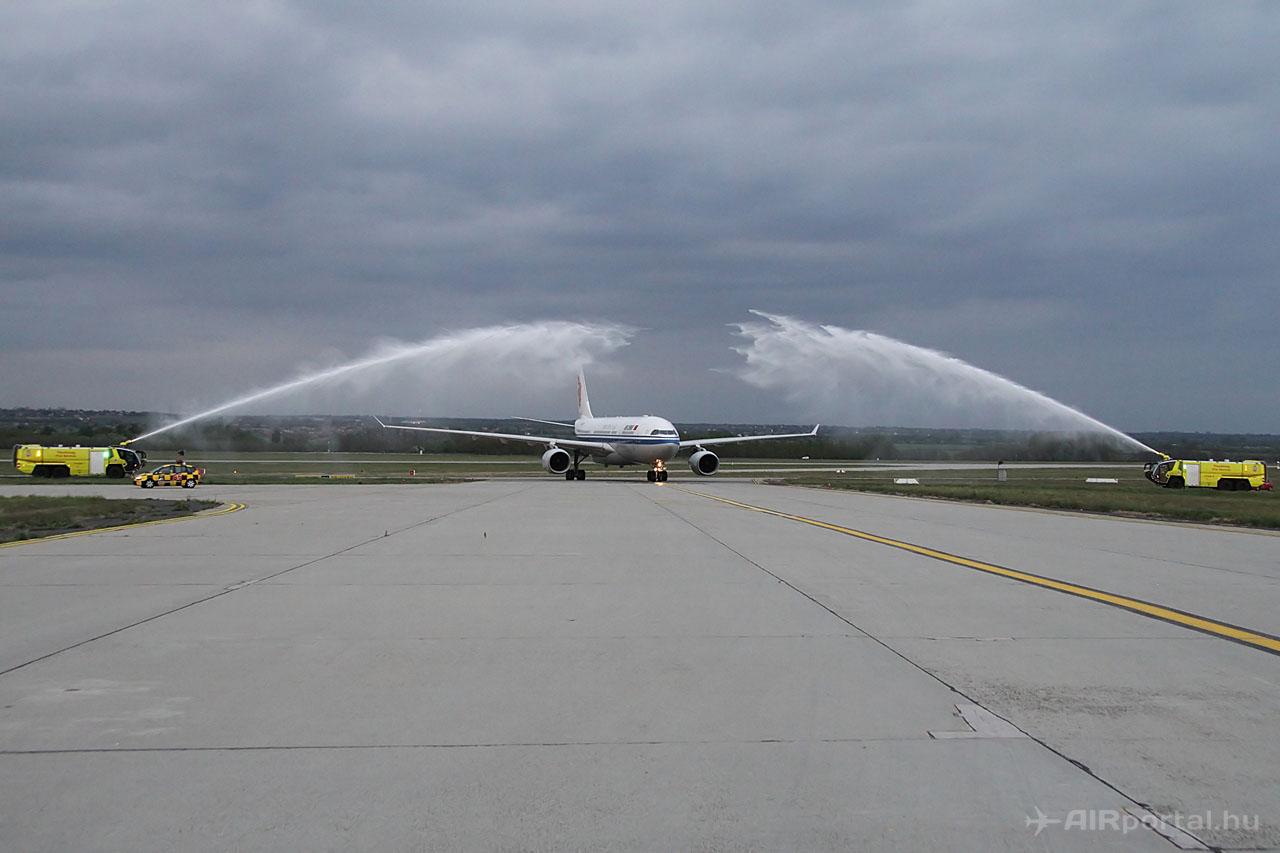 A repültőtéri tűzoltó szolgálat által biztosított vízsugaras köszöntés kezdete. (Fotó: © Csemniczky Kristóf - AIRportal.hu) | © AIRportal.hu